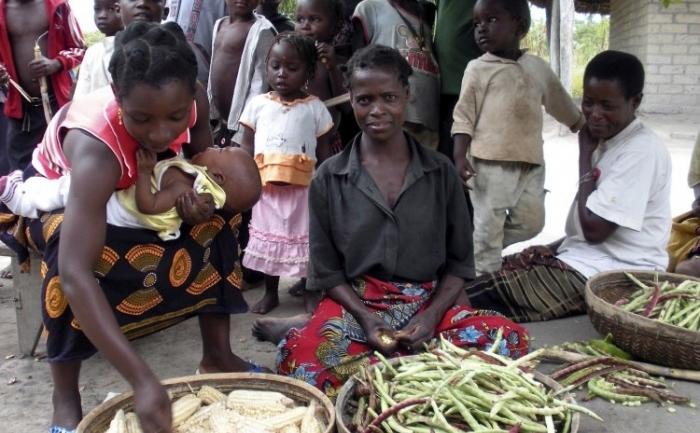 Femei în provincia Nampula, Mozambic isi vind recoltele lor de fasole şi de porumb. In Nhemba acestea sunt alimente de baza