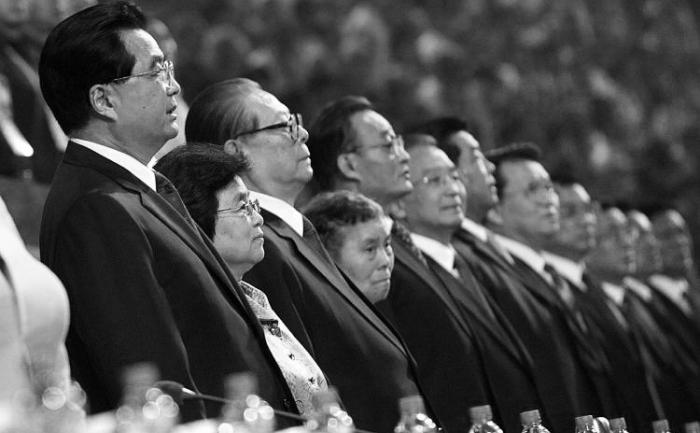 Oficiali chinezi de rang înalt printre care se afla şi Jiang Zemin (al treilea din stanga)