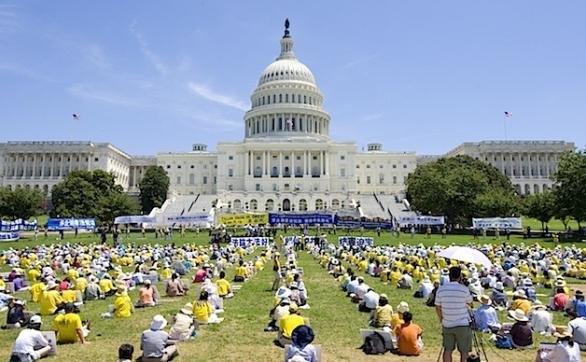 Capitoliul din Washington DC, în timpul mitingului organizat de practicanţii Falun Gong, pentru a comemora victimele celor 13 ani de persecuţie orchestrată de regimul comunist chinez