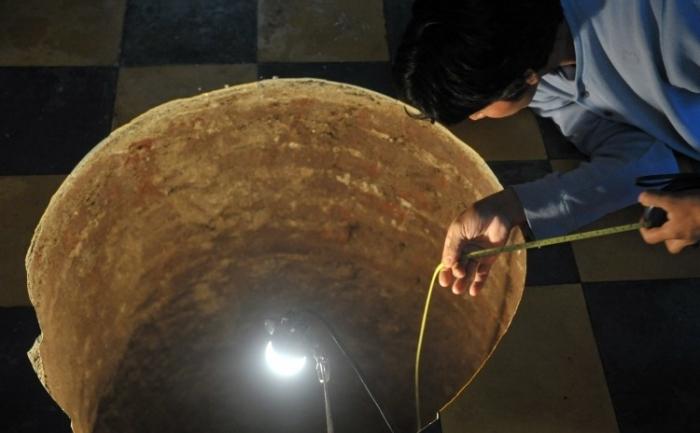 Aproape perfect rotunda: un barbat inspecteaza o scufundare de pamant aparuta peste noapte in casa lui din orasul Guatemala pe 19 iulie.