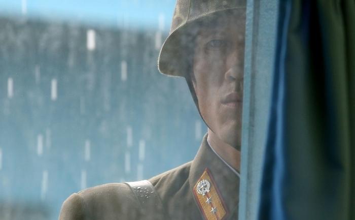 Ofiter nord coreean in ploaie, de paza in Panmunjon, 21 iulie 2010