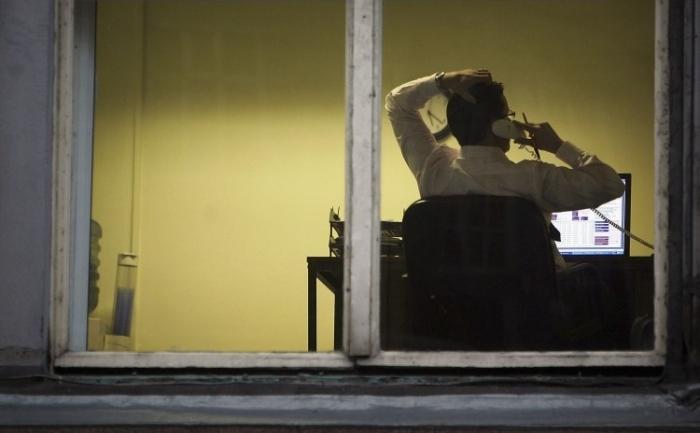 Tehnologia a facut interceptarea telefoanelor fixe extrem de usoara, dat interceptarea celor mobile presupune de multe ori ascultarea unor zeci de mii de linii ale altora.