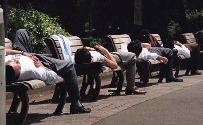 Aceşti oameni de afaceri japonezi atipesc după masă de pranz, care ajută la îmbunătăţirea funcţiei cerebrale, a energiei, starii de spirit şi productivitatii. Atipitul, de asemenea, ajuta la reglarea ciclurilor somn-veghe