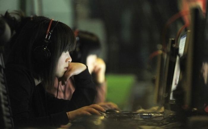 Chinezi, la un internet cafe in Beijing. Hackeri din China au atacat doua dintre cele mai cunoscute retele sociale ale Coreei de Sud conform Comisiei de Comunicatii Coreene