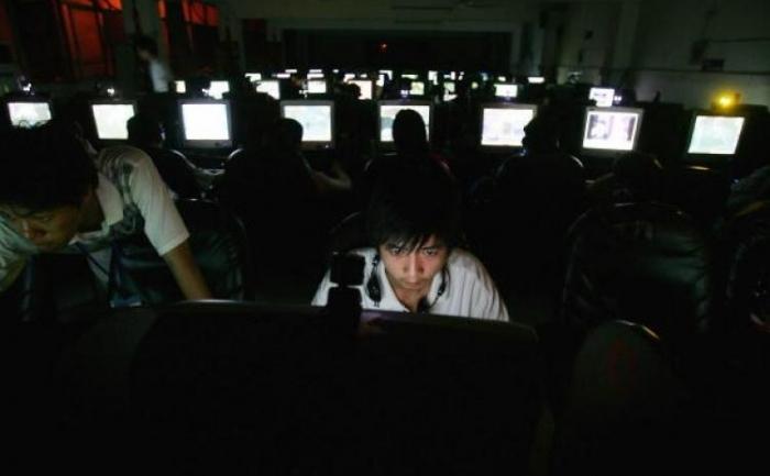 Internet cafe din Wuhan, China. Regimul chinez incurajeaza tineri, cunoscuti sub numele generic de hackeri patriotici, sa fure informatii de la guverne si companii
