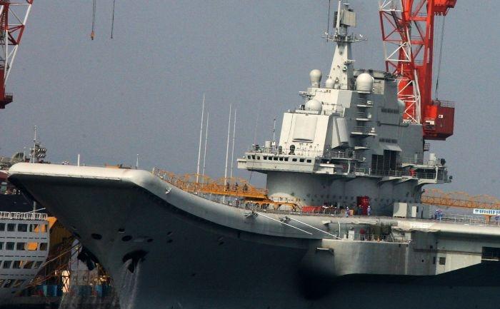 Aceasta fotografie facuta in 4 august 2011 prezinta primul portavion chinez ancorat in portul Dalia, provincia chineza nord-estica Liaoning.