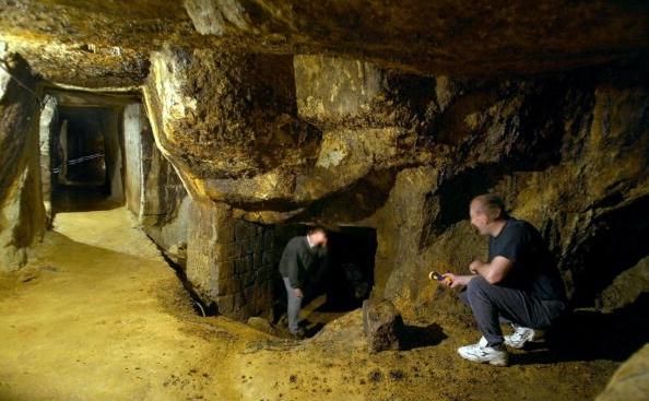 Galerii făcute de către mineri romani în oraşul vestic roman de la Rosia Montana, amenintata de distrugere prin propunerea de proiect a companiei Rosia Montana Gabriel Resources