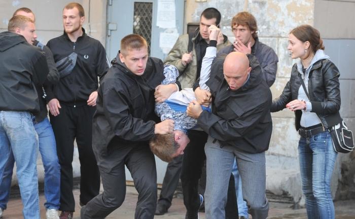 Poliţia bielorusă in civil arestează activiştii.