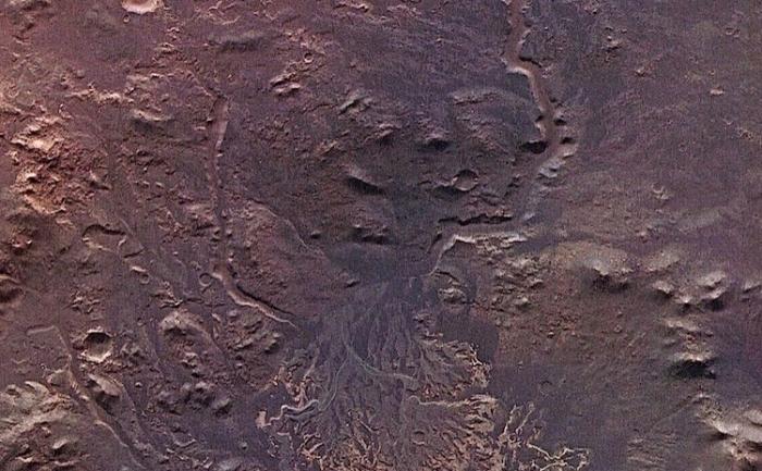 Craterul Eberswalde contine un soi de delta. Canalele care alimentau lacul sunt foarte bine pastrate