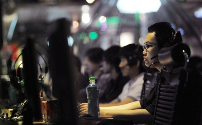 Chinezi la un internet cafe in Beijing