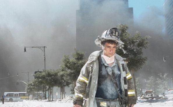 Pompier indepartandu-se de zona 'Ground Zero' , locul prăbuşirii turnurilor-gemene WTC, 11 septembrie 2001