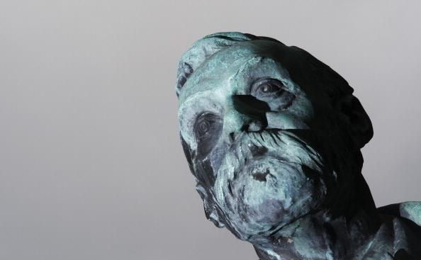 O fotografie a statuii lui Alfred Nobel de la Institutul Karolinska din Stockholm.
