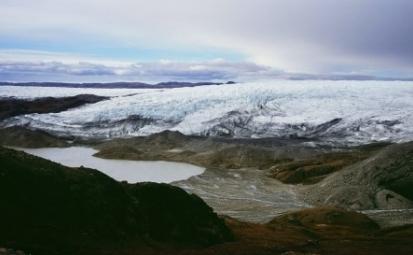 Un lac din gheata topita este vazut sub un ghetar la est de Kangerlussuaq, Groenlanda, septembrie 2007. Savantii considera ca Groenlanda, cu calotele sale glaciare in curs de topire si ghetarii pe cale de disparitie, este un termometru corect al incalzirii globale.