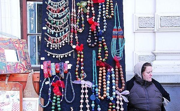 """O femeie vinde obiecte confectionate manual la un targ """"handmade"""" din Bucuresti, 5 noiembrie 2011."""