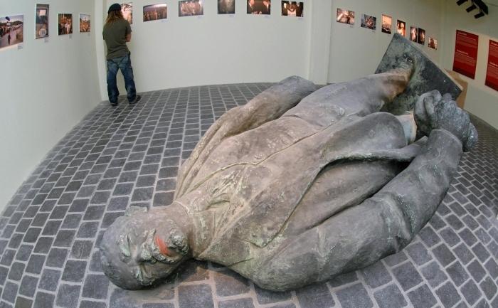 """Statuie a lui Lenin, """"antihristul"""", fondatorul Uniunii Sovietice. Lenin este cel care a implementat comunismul şi teroarea ca instrument de stat, cauzând moartea a 100 de milioane de persoane în condiţii deosebit de dure. Muzeul de Istorie Europeană de la Bruxelles."""