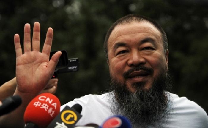 Artistul chinez dizident Ai Weiwei vorbind presei straine din studioul sau in Beijing, iunie 2011