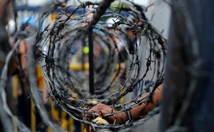 Colacii de sârmă ghimpată ai crimelor comunismului ţin poporul român legat