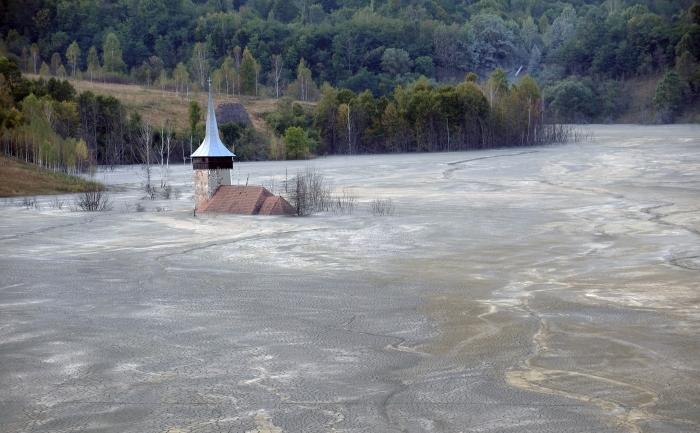 Ape de infiltraţie, poluate, se revarsă din mina de aur abandonată de la Roşia Montana
