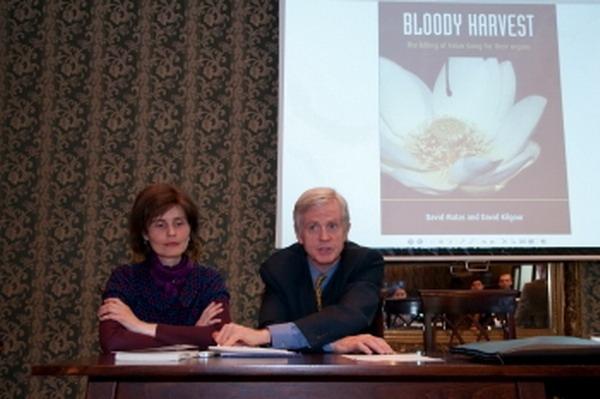 David Kilgour impreuna cu reprezentanta Epoch Times la o conferinta la Bucuresti, martie 2010 (Arhiva)