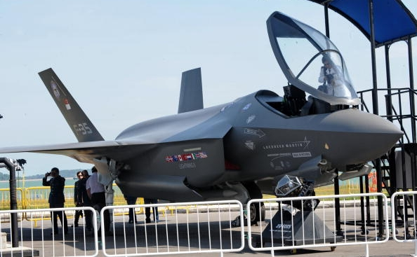 Avion tip F-35 Lightning II.