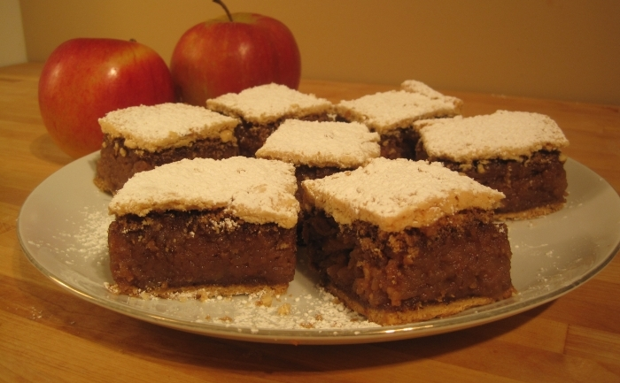 Prăjitură cu mere şi  nucă caramelizată