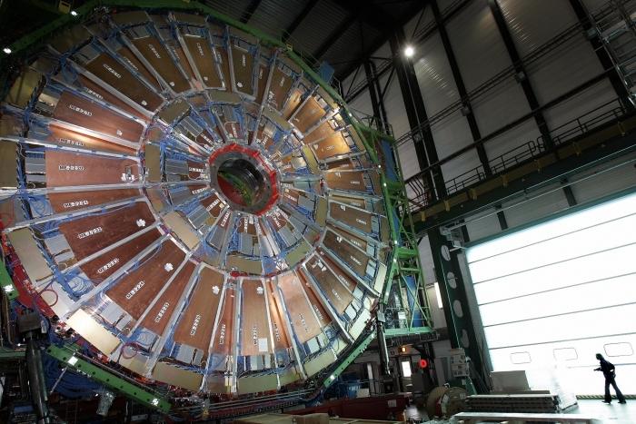 Large Hadron Collider, cel mai mare accelerator de particule din lume, aparţinând Organizaţiei europene pentru cercetare nucleară (CERN), Geneva