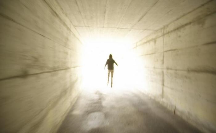 Mulţi oameni care au fost aproape de moarte au relatat despre experienţa de a trece printr-un tunel spre o lumină strălucitoare.