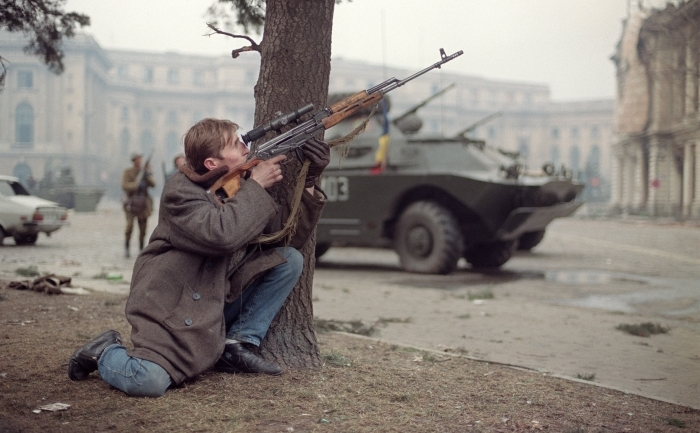 Un barbat in civil trage cu arma in centrul Bucurestiului, 24 decembrie 1989.