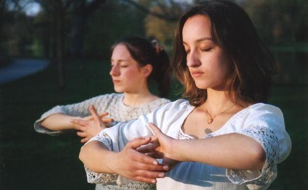 În urmă cu mii de ani, diferite metode de practică din sistemul Tao şi Buddha au fost combinate şi s-au răspândit în societatea actuală sub numele de qigong.
