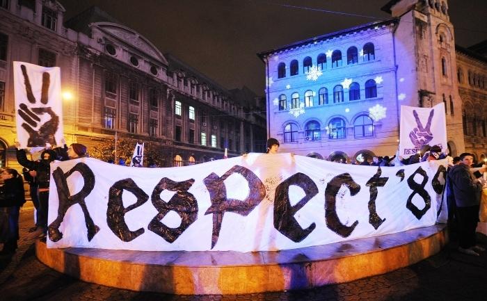 Banner pe care scrie 'Respect '89' în timpul comemorării Revoluţiei din decembrie, Piaţa Universităţii, 21 decembrie 2011