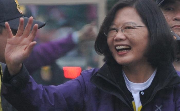 Prima femeie care candidează la preşedinţie în Taiwan,  Tsai Ing-wen, lidera Partidului Democratic Progresist, DPP, îşi salută suporterii în timpul unei vizite în districtul Luzhou din oraşul New Taipei din nordul Taiwanului, 13 ian 2012.