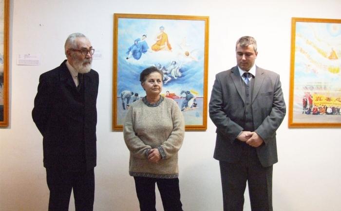 """Domnul Ilie Roşianu (stânga), doamna Silvia Bloch (centru) şi domnul Kuki Szabolcs (dreapta) în cadrul vernisajului expoziţiei """"Adevăr, Compasiune, Toleranţă"""", 12 ianuarie 2012, Lugoj."""