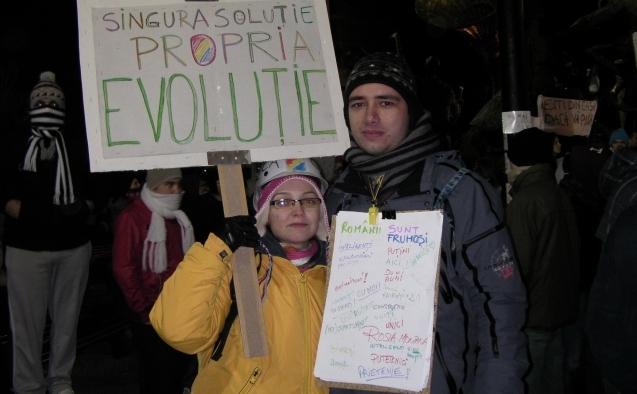 Adriana si George Dan, protesteaza pasnic in Piata Universitatii, pe 16 ianuarie, 2012.