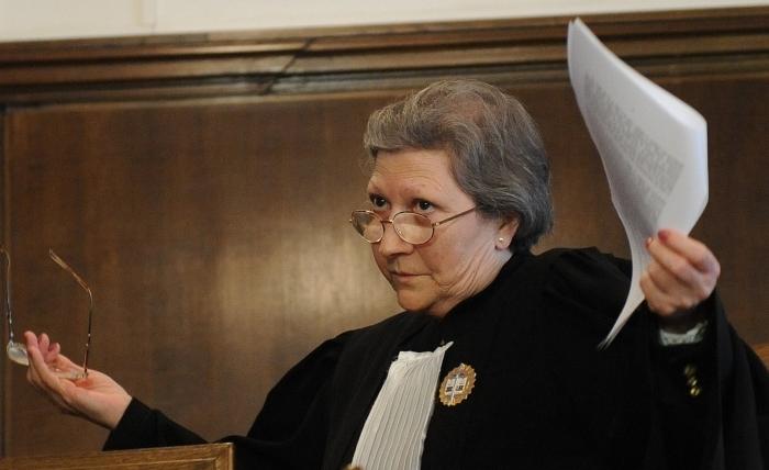 Judecătoare gesticulănd după anunţarea sentinţei acordate fostului premier român Adrian Năstase, 30 ianuarie 2012