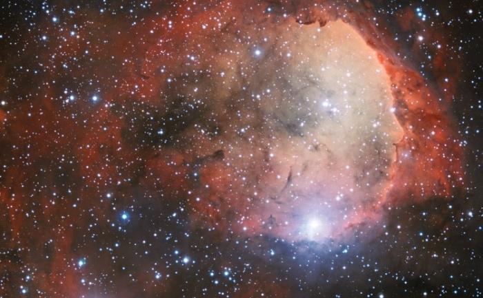 Radiaţii intense provenite de la stele ale constelaţiei NGC 3324 au săpat o cavitate în gazele şi praful cosmic învecinate. Radiaţia ultravioletă provenită de la aceste stele calde face ca norul de gaz să emită o lumină colorată
