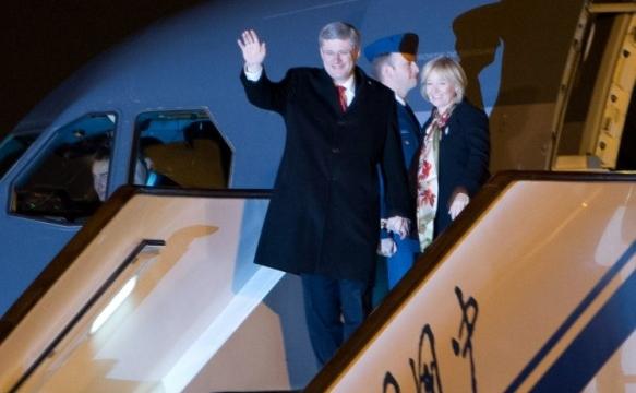 Premierul canadian Stephen Harper împreună cu soţia pe aeroportul internaţional din Beijing , 7 februarie 2012