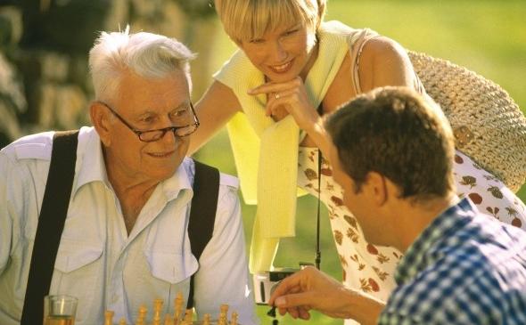 Un nou studiu a constatat ca persoanele care au activităţi de stimulare mentală pe durata viaţii, au niveluri mai mici de o proteina din creier asociată cu boala Alzheimer.