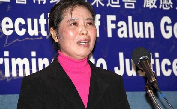 Chun Mei Ma, aderentă a mişcării spirituale Falun Dafa al cărei fiu se află în prezent în China, rememorează torturile suferite în detenţie - arsuri suferite de pe urma electrocutării cu bastoane electrice, bătăi, hrăniri cu forţa şi refuzul de a-i permite ore se somn pe perioade îndelungate.