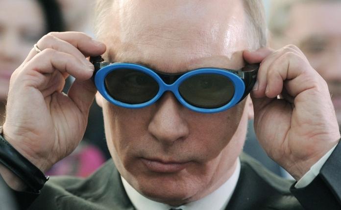 Premierul Rusiei, Vladimir Putin, poartă ochelari la parcul tehnologic din Novosibirsk pe 17 februarie 2012.