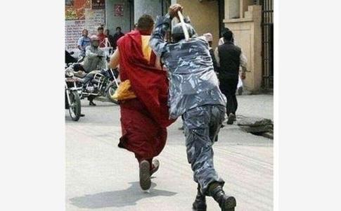 O poză care circulă pe Facebook cu un călugăr tibetan urmărit şi bătut de către un soldat chinez din Tibet.
