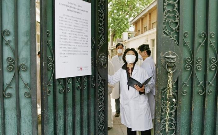 Personalul medical aflat în carantină purtand maşti de protecţie împotriva sindromului respirator acut sever (SARS), pe 30 aprilie 2004, în Beijing, China.