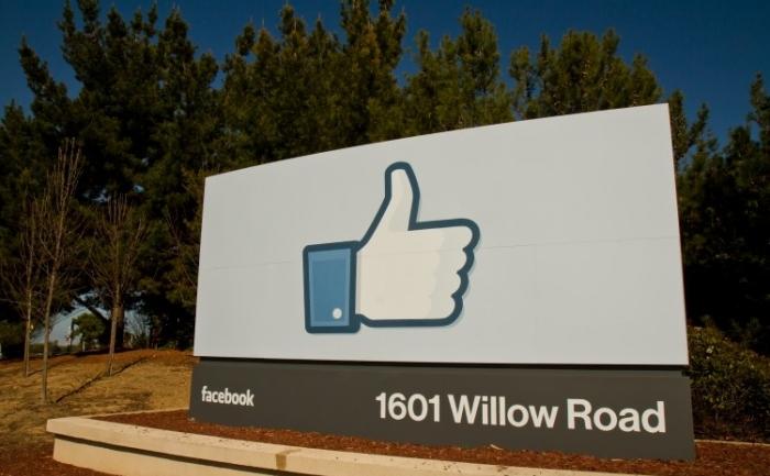 """Un Facebook """"like"""", marcheaza intrarea în sediul Facebook pe 3 februarie 2012 în Menlo Park, California."""