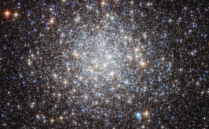Imagine publicată de NASA/ESA Hubble Space Telescope a norului stelar Messier 9.