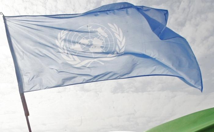 Un steag imprimat cu sigla Organizaţiei Naţiunilor Unite.