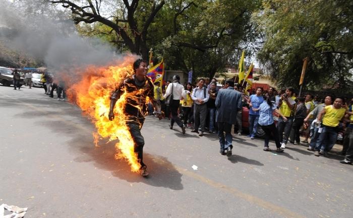 Exilatul tibetan, Jampa Yeshi, 27 de ani, aleargă înconjurat de flăcări înaintea vizitei preşedintelui Chinei, Hu Jingtao, în capitala îndiei, New Delhi, pe 26 martie 2012.
