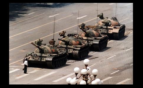'Tank Man', poză simbolică a masacrului din Piaţa Tiananmen din Beijing făcută pe 5 iunie 1989.