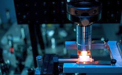 Laboratorul prof Eric Mazur's la Harvard. Folosind lasere, Mazur şi colaboratorii au dezvoltat un proces de farbricaţie a metamaterialelor.