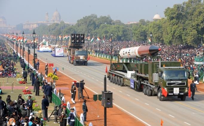 Rachete Agni IV la o paradă în New Delhi, 26 ianuarie 2012. India a anunţat că rachetele balistice pot lovi Beijing-ul
