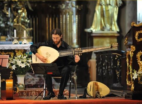 Caius Hera, ţinând în mână instrumentul theorbă, în timpul unui concert