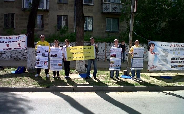 Practicanţi Falun Gong comemorând la Chişinău 13 ani de la începerea persecuţiei în China, 25 aprilie 2012